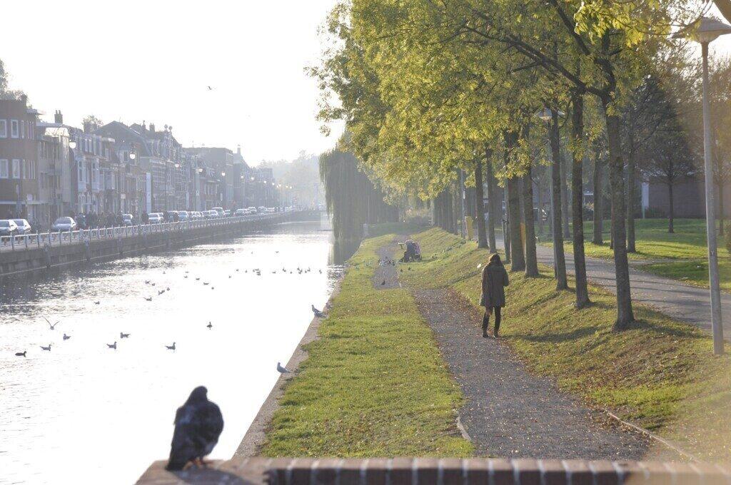 Groen wandelpad in de stad Utrecht